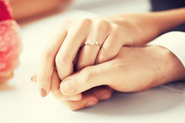 Koľko by mal stáť zásnubný prsteň?