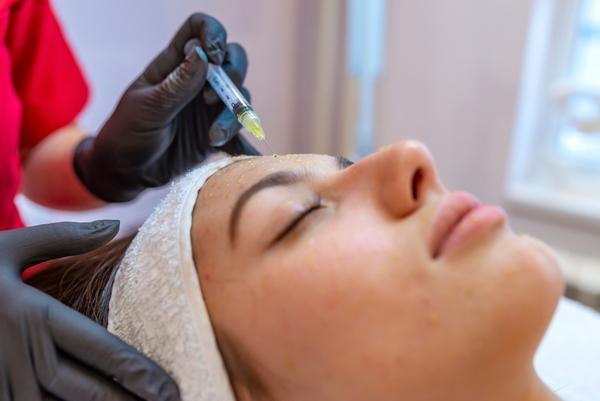 Zimné mesiace sú správnym obdobím na rôzne typy ošetrenia pleti či kože. Medzi menej invazívne procedúry patria mezoterapia achemický peeling.