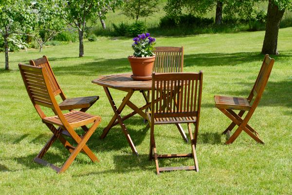 Aké druhy dreva sú obľúbené u záhradného nábytku