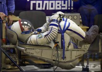Kozmická loď Sojuz vezie na ISS trojčlennú posádku
