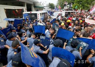 Pri demonštrácii pred ambasádou v Manile musela zasahovať polícia