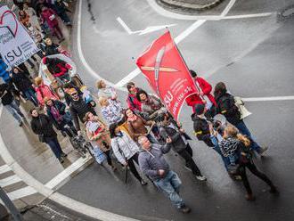 Učitelia ukončili stupňovaný štrajk, pochodovali k ministerstvu