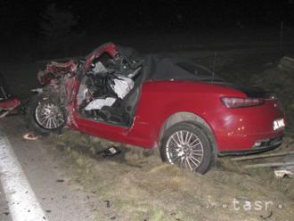 Vodič Alfa Romea predbiehal cez plnú čiaru,po zrážke skonal v priekope