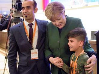 Merkelovej sa na straníckom stretnutí poďakoval malý Afganec