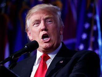 """Trump pohrozil """"dôsledkami"""" za podpálenie zástavy USA"""
