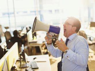 Lidé si v práci stěžuji na hlasité mlaskání kolegů i kolabující techniku