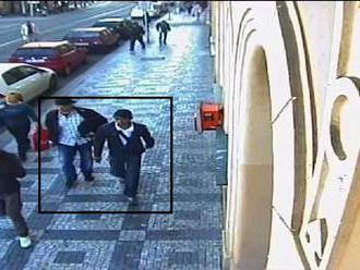 Zloději ukradli z auta 400 tisíc. Vůz se totiž sám odemknul