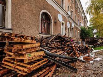 Vyhorenú žilinskú bytovku zrovnajú so zemou, boli v nej tony odpadu