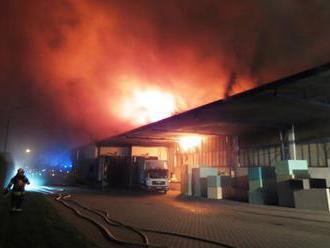 Sklad s dárky v Amazonu v Dobrovízi v plamenech: Muselo být evakuováno 3000 lidí!