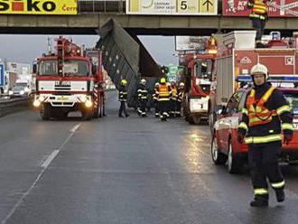 Korba náklaďáku se zasekla o most na D10: Tah na Prahu se zastavil