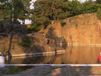 Školák ochrnul po skoku do mělkého rybníka: Chtěl 15 milionů, přestože skákal přes zákaz