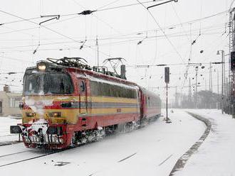 Medzinárodný rýchlik narazil do stromov, vlaky výrazne meškajú