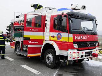 V Bratislave sa zrazili električka a auto, zranil sa jeden človek