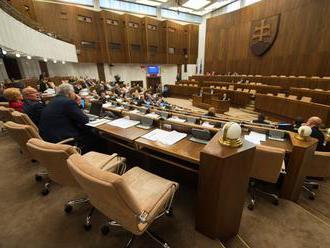 Predvolebná kampaň sa podpísala na prítomnosti poslancov v parlamente