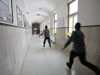 Siedmaci na videu bijú piataka, polícia šikanovanie nevidí