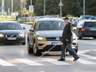 Policajti si počas dňa nevidiacich posvietili na vodičov - ignorantov