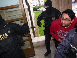 PRÁVE TERAZ Obvinený z vraždy Braňa je na súde! VIDEO Eskorta kukláčov ako pri mafiánskych bossoch