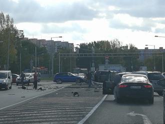 PRÁVE TERAZ Hororová nehoda v Petržalke! Prvé FOTO, zrážka 4 áut, dve na totálku