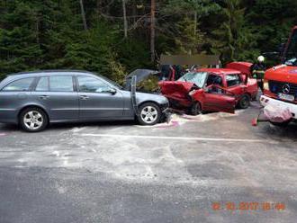 Foto: Vodič Fiatu na priechode zrazil chodca, zrážku Mercedesu s Renaultom neprežila 50-ročná žena