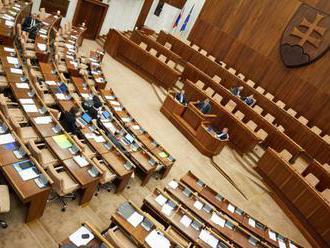 V rokovacej sále parlamentu sedelo v piatok ráno iba okolo 20 zo 150 poslancov