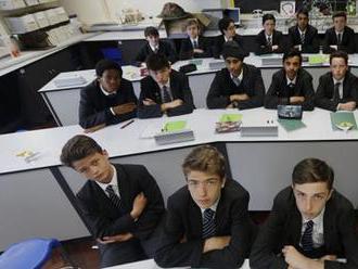 Anglickí školáci dostali za domácu úlohu oznámiť svojim rodičom, že konvertovali na islam