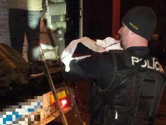 V zaplombovaných vozidlách našli policajti skoro 80 utečencov