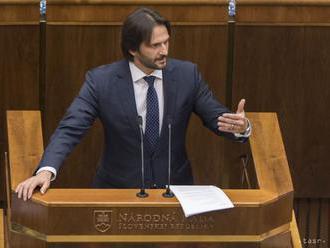 Opozícia neuspela, koalícia podržala R. Kaliňáka vo funkcii ministra