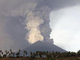 Balijská sopka Agung opäť chrlí popol