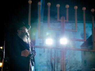 Židom sa začal osemdňový sviatok svetiel chanuka