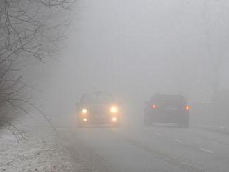 Motoristi na západnom a strednom Slovensku musia rátať s hustou hmlou