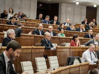 Poslanci schválili symbolické zvýšenie platov ústavných činiteľov o jedno euro
