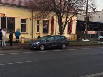 Krvavá noc v Hurbanove: Muž postrelil čašníčku, zastrelil jej priateľa a spáchal samovraždu