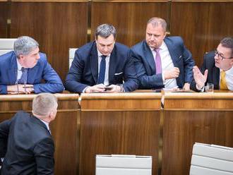 Poslanci rozhodli. Platy sa nezmrazia, od januára stúpnu o euro