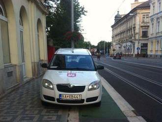 Škandalózny prípad: Papaláši na drahých autách parkujú všade! Ľudia sa búria a polícia sa len prizer
