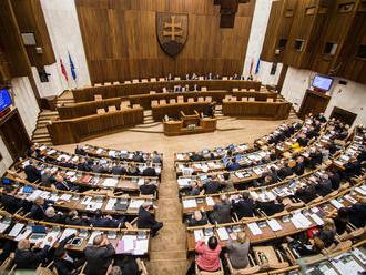 V parlamente dnes bude rušno: Poslancov čaká hlasovanie o platoch i diskusia o rozpočte