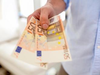 Štátni a verejní zamestnanci si prilepšia: Od januára im stúpnu platy o takmer päť percent