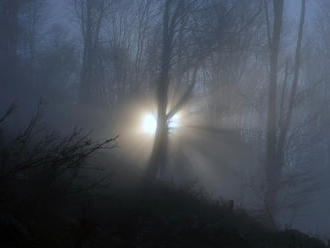 Slovenská správa ciest varuje vodičov: Dávajte si pozor na hmlu a nárazový vietor!