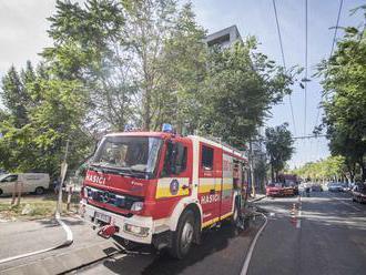 Na rodinný dom a elektrické vedenie v Bratislave spadol strom: Na mieste zasahujú hasiči
