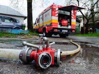 V Dunajskej Lužnej horí rodinný dom, zasahujú hasiči