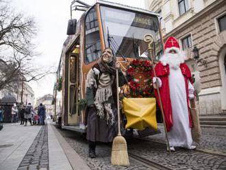 Foto: V Bratislave jazdí Vianočná električka, je vyzdobená ako Perníková chalúpka