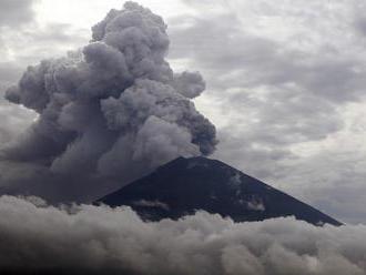 Sopka na Bali opäť chrlí popol