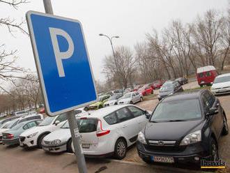 Komunikácia o zavedení parkovania v Bratislave nefunguje, tvrdia poslanci