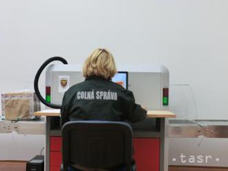 Colníci používajú na kontrolu tovaru mobilný skener