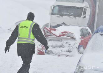 Pri reťazovej nehode pri Poprade bolo poškodených takmer 60 áut