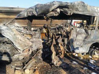Minibus se střetl s náklaďákem a začal hořet: Zahynulo skoro 20 školáků