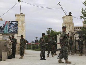 Desítky mrtvých a vystřílená jídelna. Ozbrojenci útočili na afghánskou základnu