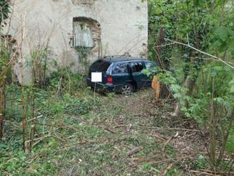 Auto vyletelo z cesty a narazilo do zrúcaniny, posádka skončila v nemocnici