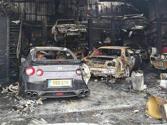 To je škody! Požár dílny zničil několik sportovních aut
