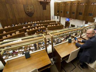 Koalícia ťahala rokovanie parlamentu do polnoci, šéfa NKÚ nechali čakať takmer tri hodiny