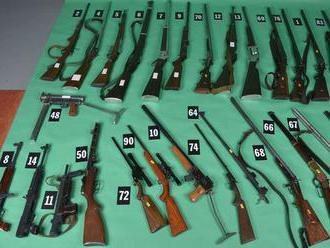 Žilinskí policajti zaistili desiatky zbraní, rozbušky aj chemické látky